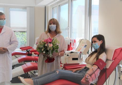 """Weltblutspendetag 14. Juni 2021 / Staatsministerin Köpping besucht Spendezentrum im WTC in Dresden: """"Jede Spende zählt."""" / Spenderin Jennifer: """"Ich spende Blut – keine Frage!"""""""