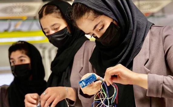 """Weibliches Robotikteam aus Afghanistan, """"Afghan Dreamers"""", findet neues Zuhause in Katar und erhält Stipendien der Qatar Foundation"""