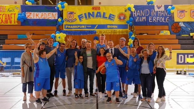 """Einer für alle und alle für einen / Drehstart für """"Weil wir Champions sind"""": TVNOW und Constantin Television verfilmen eine Hommage an die Lebensfreude"""
