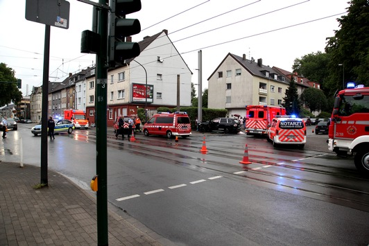 FW-E: Verkehrsunfall auf Einsatzfahrt zum Wohnungsbrand, fünf Personen verletzt
