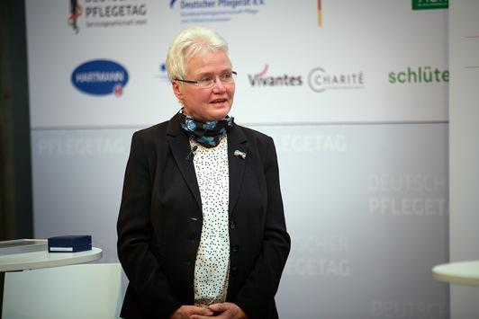 Pressemitteilung: Professorin Gertrud Hundenborn nimmt den Deutschen Pflegepreis 2020 in Empfang