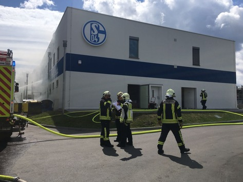 FW-GE: Feuer auf Trainingsgelände von Schalke 04 / Hoher Sachschaden nach Brand im Profileistungszentrum