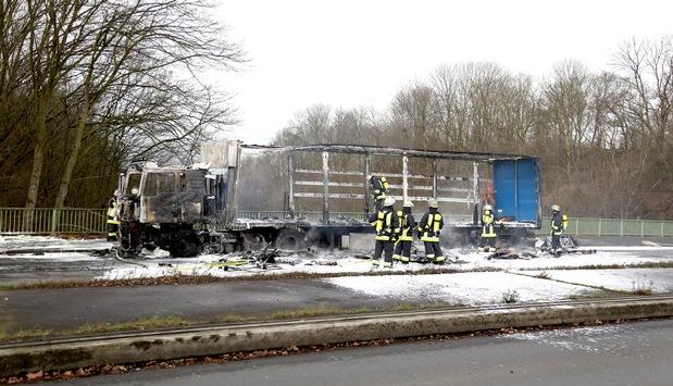 FW-E: Brennender Sattelzug auf der Bottroper Straße, Rauchwolke weithin sichtbar