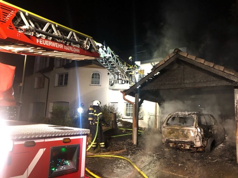 FW-MK: Fahrzeugbrand unter Carport