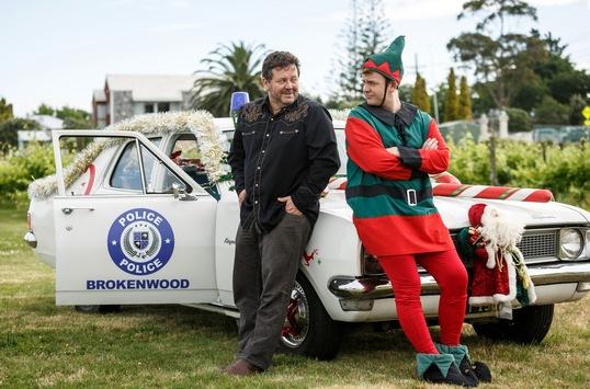 """Das Erste / """"Brokenwood – Mord in Neuseeland"""": Neill Rea ermittelt als Detective Mike Shepherd im mysteriösen Todesfall von Santa Claus – letzter Film der neuen Staffel"""
