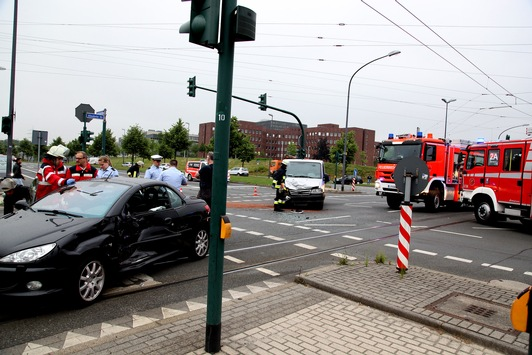 FW-E: Verkehrsunfall, junge Frau nach notärztlicher Versorgung zum Krankenhaus gebracht