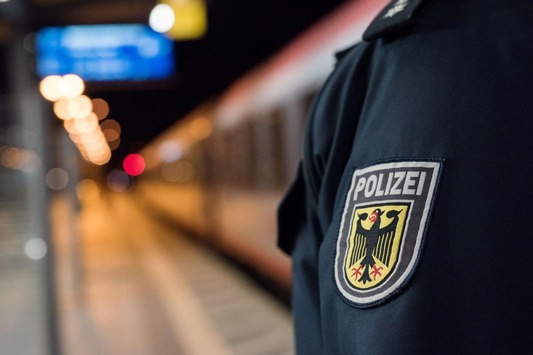 BPOL NRW: Ein Glühwein zu viel: Betrunkene schlägt auf Sanitäter ein und greift Bundespolizisten an