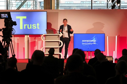 "Pulitzer-Preisträger Alan Rusbridger fordert beim scoopcamp 2021: ""Try to get inside the mind of generation Z!"""