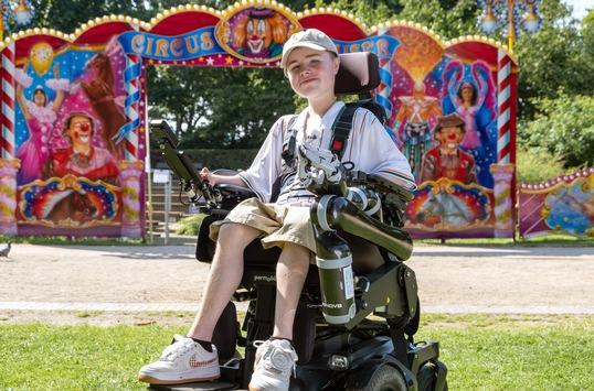 Carl Josef – StandUp im Rollstuhl / Dokumentation über den jungen Comedian am Sonntag, 17. Oktober 2021, 17:30 Uhr im Ersten