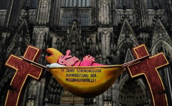 """Die """"schonungslose Aufarbeitung"""" des Missbrauchs: Aktion vor dem Kölner Dom"""