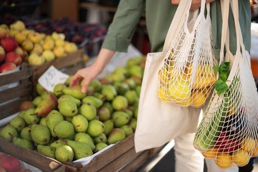 """Plastikverzicht: Die Generation """"Fridays for Future"""" sieht Zukunft in innovativen Lebensmittel-Verpackungen"""