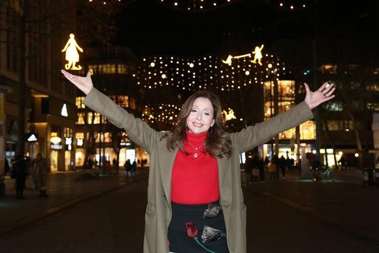 Mönckebergstraße erstrahlt in neuem Glanz / Vicky Leandros schaltet neue Winterbeleuchtung an / Fotowettbewerb #Möleuchtet