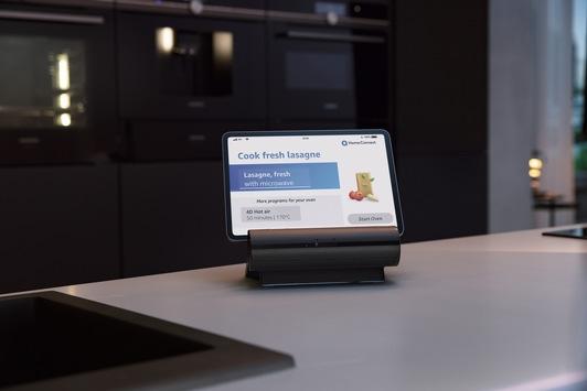 Intelligente Küche erwacht zum Leben / Mit dem Smart Kitchen Dock präsentiert Siemens Hausgeräte ein Voice-First-Smart-Display speziell für die Küche