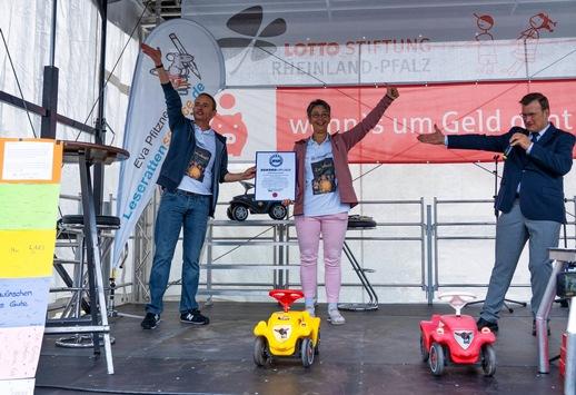 RID-Weltrekord in Morbach »größte Autorenlesung in einem Kinderfahrzeug-Drive-In« – Kinderbuchautor Stefan Gemmel mit kinderfreundlicher Vorleseaktion – Rekordrichter Olaf Kuchenbecker übergibt RID-Weltrekordurkunde vor über 350 fröhlichen Kindern