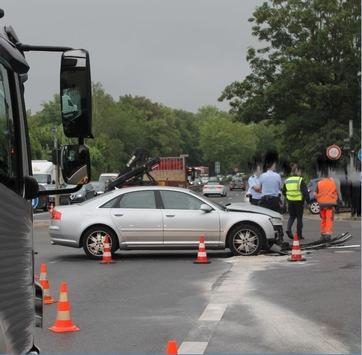 POL-AC: Kleintransporter missachtet Rotlicht – Zusammenstoß auf der Kreuzung mit einem anderen Pkw – verletzte Autofahrerin muss ins Krankenhaus