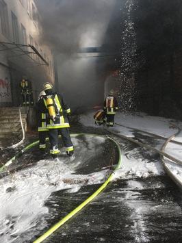 FW-E: Feuer in einer Lagerhalle im Westviertel