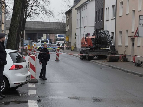 FW-GE: Explosionsgefahr nach Gasaustritt in Gelsenkirchen Schalke. – Gasleitung wird bei Erdarbeiten vom Bagger beschädigt.