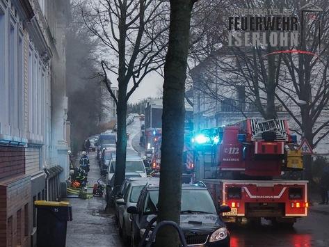 FW-MK: Küchenbrand: Frau rettet sich mit einem Sprung aus dem Fenster