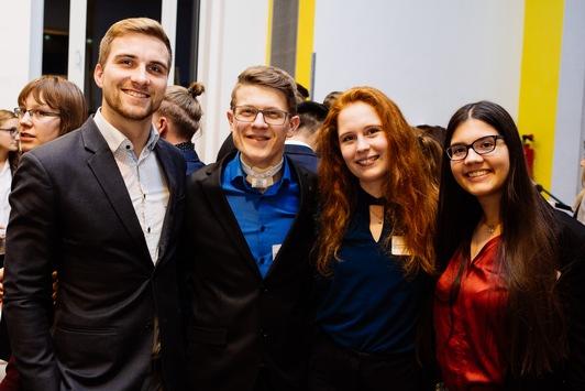 Ein Stipendium als sichere Stütze auch in Zeiten von Corona: Die Stiftung der Deutschen Wirtschaft bietet Stipendien für Studierende aller Fachrichtungen und Hochschulformen – Jetzt bewerben!