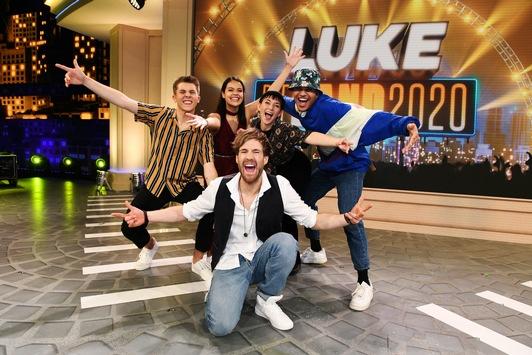 """4OUR heißt """"Die Band 2020"""": Karina, Hanna, Tim und Manuël gewinnen die schnellste Casting-Show aller Zeiten in """"LUKE! Die Greatnightshow"""" in SAT.1"""