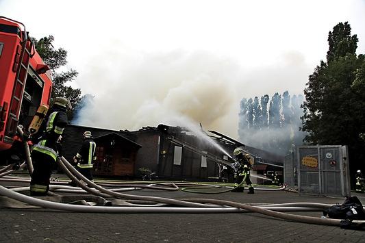 FW-E: Scheune der Jugendfarm in Essen-Altenessen vollständig abgebrannt