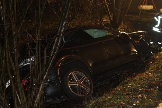 POL-AC: Pkw fährt in den Graben – Anwohner befreit Fahrer aus dem stark beschädigten Fahrzeug