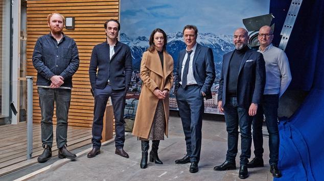 """Das Erste: Drehstart für die ARD-Degeto-/ORF-Koproduktion """"Euer Ehren"""" (AT): Sebastian Koch, Tobias Moretti, Paula Beer, Sascha Gersak u.a. drehen deutsch-österreichische Highend-Serie"""