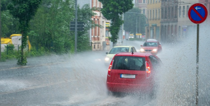 Wassermangel und Starkregen/- Eine grüne Stadt trotzt dem Klimawandel – Durchdachter Umgang mit Regenwasser in urbanen Räumen – Kluge Kombination von Natur und modernen Technologien