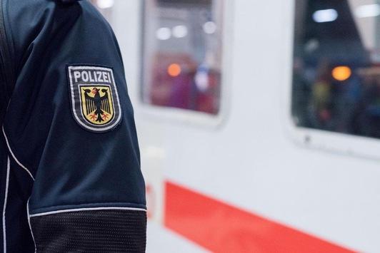BPOL NRW: Angriff mit Wodkaflasche; Bundespolizisten als Tatzeugen: Festnahme