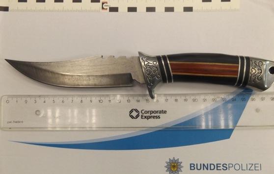 """BPOL NRW: """"Messer-Posing"""" führt zu Polizeieinsatz – Bundespolizei stellt Jagdmesser am Dortmunder Hauptbahnhof sicher"""