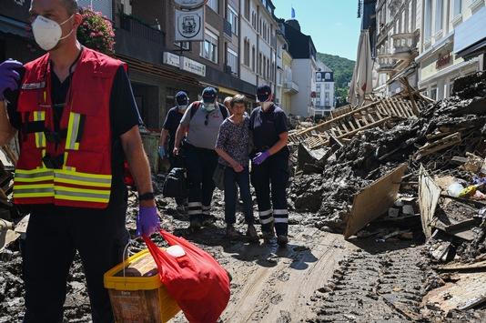 Johanniter aus allen Landesverbänden helfen in Hochwasserregionen / Mehr als 1.700 Einsatzkräfte seit dem 14. Juli im Einsatz