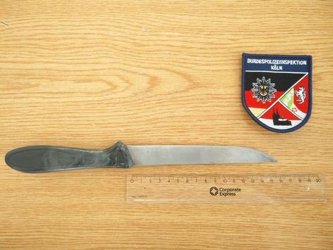 BPOL NRW: Person belästigt Reisende – Bundespolizei stellt Messer und Diebesgut sicher und nimmt Person in Gewahrsam