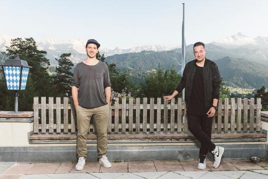 """Zauberhafter Auftakt mit Felix Neureuther und Lothar Matthäus: Neue Staffel """"Farid – Magic unplugged"""" ab 1. März exklusiv auf Sky One"""