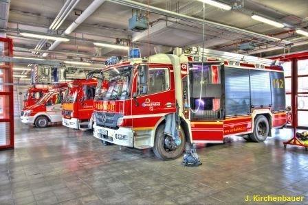 FW-MG: Brennender PKW im Innenhof