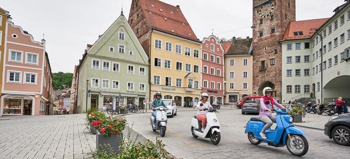 Mit Vespa, E-Roller und Co. sicher unterwegs / Egal, ob klassisch oder als E-Variante: Roller sind ideale Begleiter in der Stadt / Fahrer sollten einige Tipps beachten
