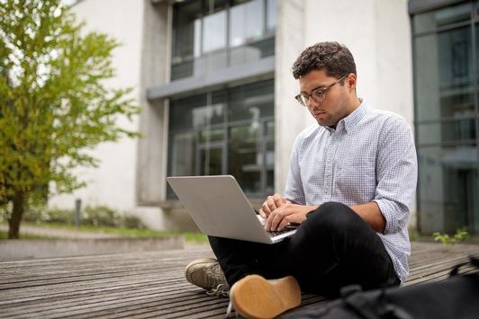 Digitale Lehre: Zufriedenheit der Studierenden hängt von Lehrperson ab