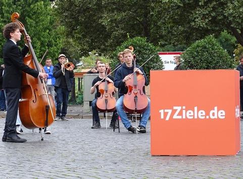 Emotional ergreifend: Mit dem 17Ziele Freude-Flash motivieren bundesweit 850 Musikerinnen und Musiker zu mehr Engagement für Nachhaltigkeit in allen Bereichen