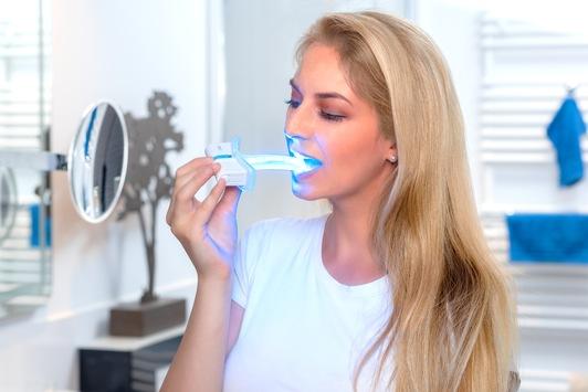 Weltneuheit in der Anti-Viren- und Anti-Bakterienbehandlung aus Deutschland: Neuestes Produkt der LED-Forschung tötet mit Blaulicht Viren und Bakterien im Mund- / Rachenraum ab