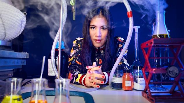 Dr. Mai Thi Nguyen-Kim erklärt im ZDF die Chemie der Welt