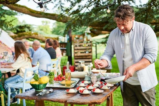 """Neue Koch-Serie: """"Jamie Oliver: Together – Alle an einem Tisch"""" / Jamie feiert bei RTL Living in einer Deutschlandpremiere ein Fest des guten Essens / Preview im Media Hub"""