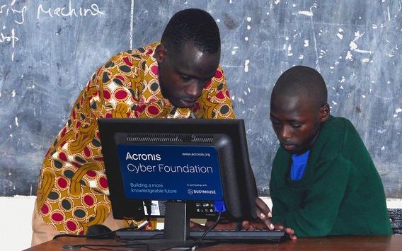 Acronis Cyber Foundation eröffnet Computer-Klassenzimmer in einer Schule in Tansania