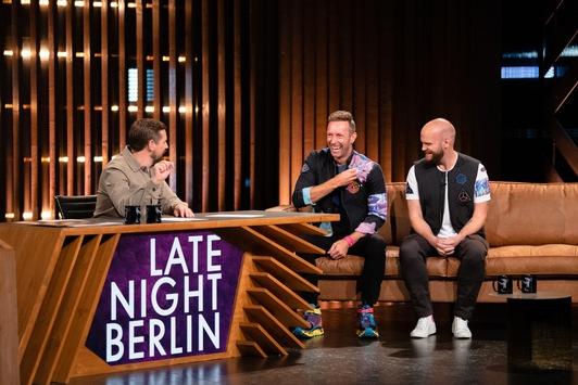"""Am Dienstag ist Musik drin: Coldplay besuchen Klaas Heufer-Umlauf zur 100. Folge """"Late Night Berlin"""" und performen bei """"PROSIEBEN IN CONCERT"""""""