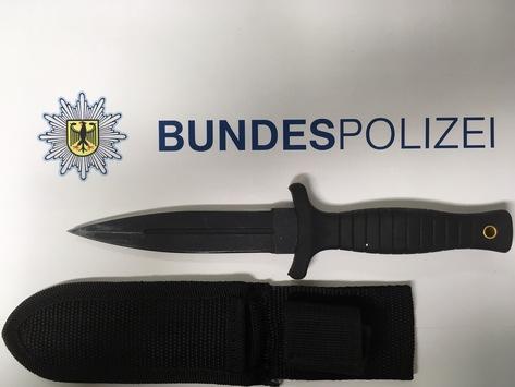 BPOL NRW: Drogenkonsum vor der Dienststelle der Bundespolizei – Dolch und Drogen sichergestellt