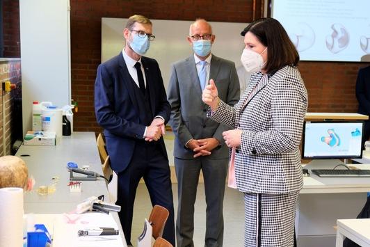 Bundestagsabgeordnete auf Stippvisite in Lübeck / Prof. Dr. Claudia Schmidtke besucht Campus Hörakustik