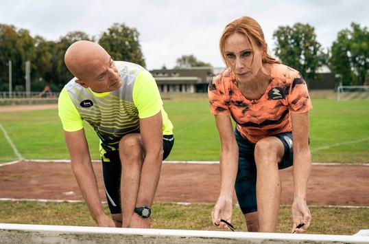 """Das Erste: """"Endlich Freitag im Ersten"""": Andrea Sawatzki und Christian Berkel laufen in """"Sportabzeichen für Anfänger"""" zur Höchstform auf"""