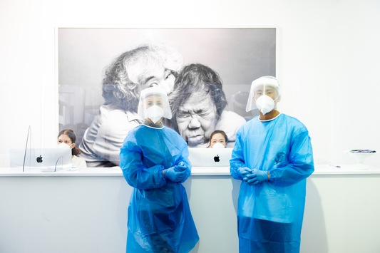 Corona Schnelltest zwischen Kunst und Klassik / Berliner Galerie DNA in der Auguststrasse verwandelt sich in eine Corona-Schnelltest-Station / Ergebnis und Attest innerhalb von 30 Minuten per Email