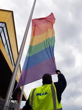 IKEA hisst Regenbogenflagge an allen Standorten