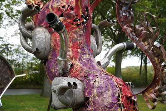 Live aus Berlin! Wir wählen ROT! / Umweltbewusst – eine Sportwagen Skulptur trotzt allen Benzinpreis-Erhöhungen! / Saxo Bank of Art präsentiert die neuste Ferrari Schöpfung: ENZO!