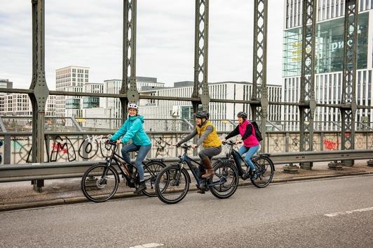 ADAC e-Ride: 10 Praxistipps fürs E-Bike in der kalten Jahreszeit / E-Bikes sind auch im Herbst und Winter praktische Fortbewegungsmittel / Gute Ausrüstung und erhöhte Aufmerksamkeit erforderlich