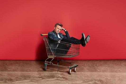Wie viel Shopping ist normal? Jenke von Wilmsdorff lädt am Montag auf ProSieben zu einem sehr persönlichen Experiment ein